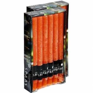 24x lange rustieke kaarsen oranje 25 cm 10 branduren huishoudkaarsen/