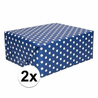 2x cadeaupapier donkerblauw met witte stipjes/polkadots 200 x 70 cm p