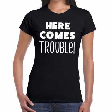 Fun t-shirt here comes trouble zwart voor dames prijs